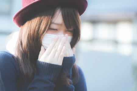 風邪とマスクと冷え性の女性