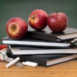 教室とりんごと本