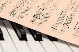 ピアノ楽器をひく