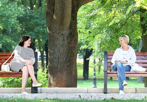 公園で友達と会話する女
